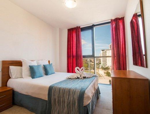 Dormitorio con cama de matrimonio Apartamentos Magic Atrium Plaza
